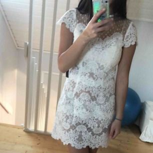 Ida Sjöstedt paris klänning köpt på Åhléns city i år. Använd en gång. Nypris 2200 kr. Perfekta studentklänningen.