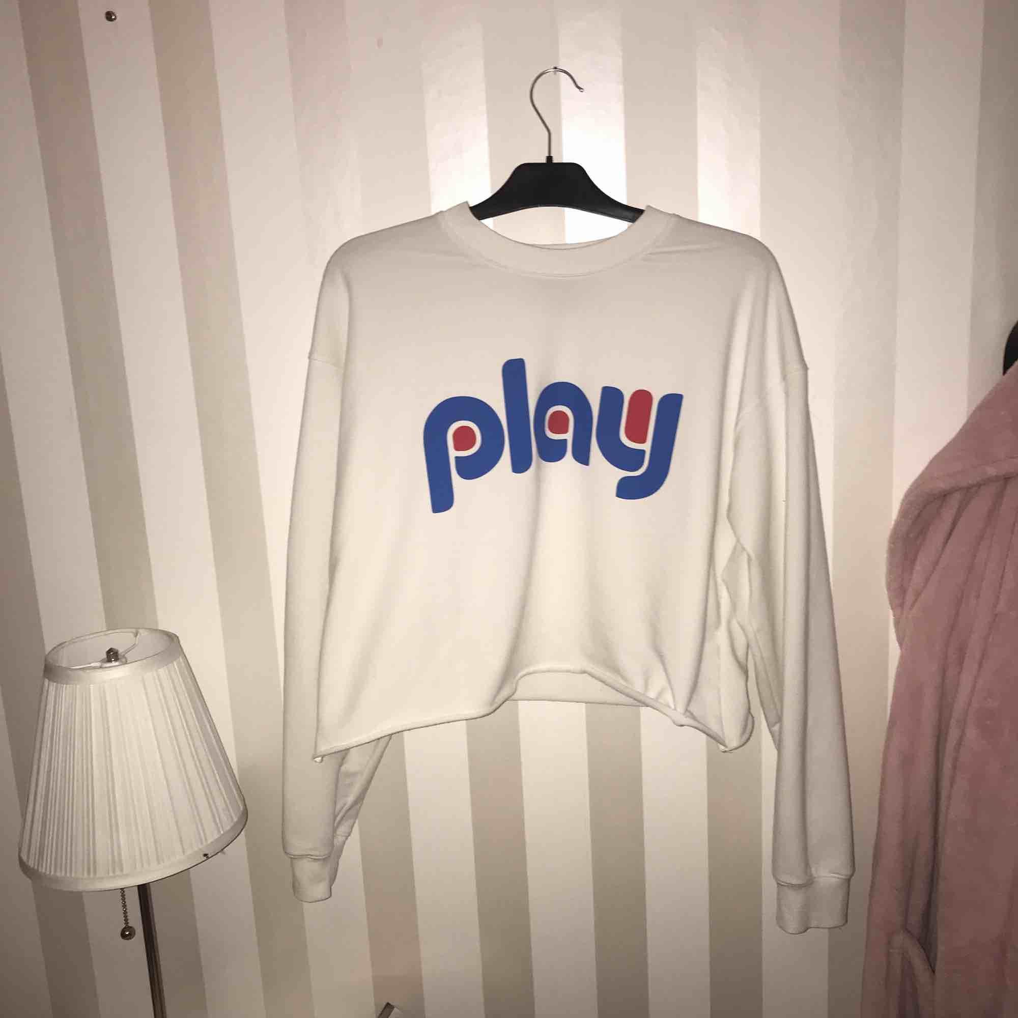 Jättemysig sweatshirt från carlings med texten play, använd fåtal gånger.. Huvtröjor & Träningströjor.
