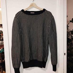 Sparsamt använd stickad tröja från Knowledge Cotton Apparel. 100% bomull. Vid frakt tillkommer porto :)