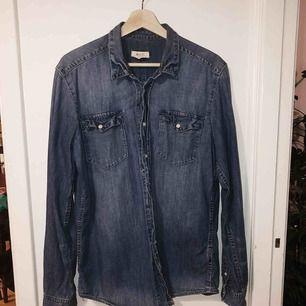 Jeansskjorta från H&m köpt för flera år sen. Fint skick!