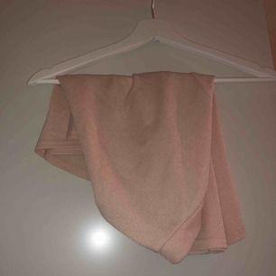 Kjol från Boohoo. Ljusrosa/korall. Aldrig använd.   Frakt tillkommer på 39 kronor och köparen betalar frakt. 💫