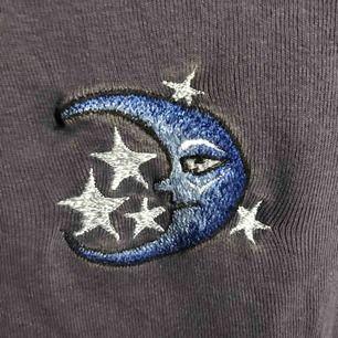 Jättefin mörklila, croppad tröja med trumpetarmar! Köptes här på plick. Kan mötas upp i Gävle eller skicka då köparen står för kostnaden 😝