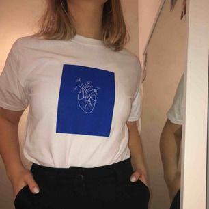 Stylisches weißes T-Shirt mit Aufdruck. Verkauft von Uf Company Semi Uf (@ semi.uf auf instagram)! Für jedes verkaufte Shirt spenden wir 20 Kronen an Mind. 45 Versand 45 Kr