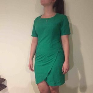 Grön klänning i retro och vintagestil. Älskar denna och den gröna färger gör sig så fin i naturligare ljus (väldigt vitt ljus på bilden)