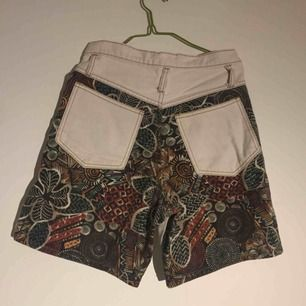 Retro vintage shorts i supercoolt mönster! Inte alltför korta. Höga i midjan.