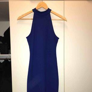 En jättesnygg tajt mörkblå klänning från Gina Tricot som funkar både till det festliga och lite finare tillställningar!🍸Använd enstaka gång. Storlek XS men sitter som en S. Finns en liten maska på skönheten, men ingen större skada (se bild).😇