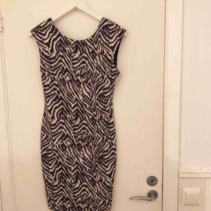 Supersnygg sparsamt använd klänning från HM i stretchigt material och v-ringad lagom djup rygg. Frakten är inräknad i priset 🥰