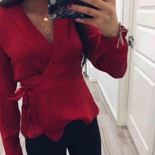 Oanvänd blus säljes pga platsbrist! Perfekt till jul