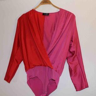 Sjukt snygg body från Zara i silke-aktigt material. Finns små små hål från säkerhetsnål, men inget som märks. Fler bilder kan skickas vid intresse!