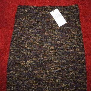 Oanvänd kjol köpt ifrån Bershka, fina färger och glittrig ☺️ köparen betalar frakten.