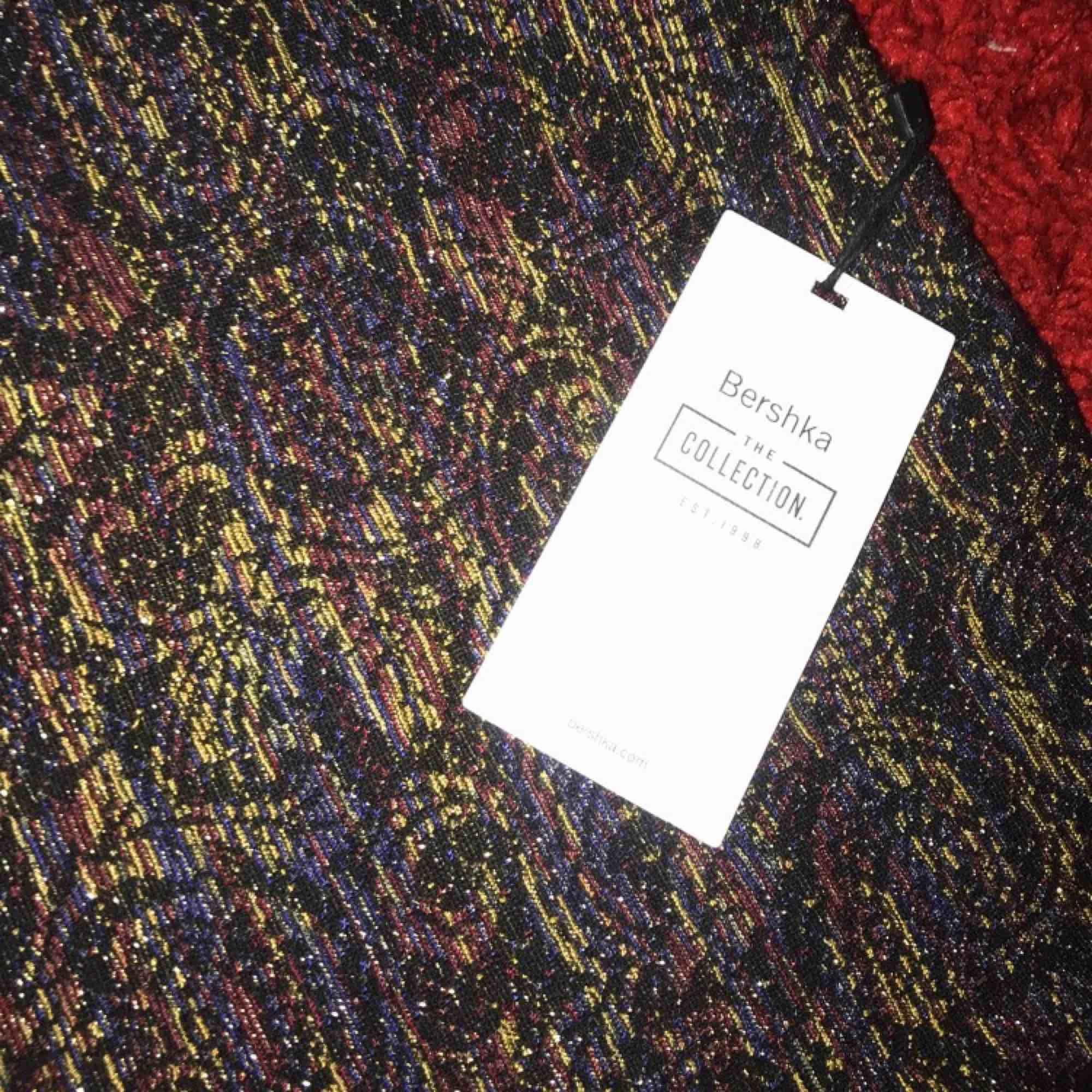 Oanvänd kjol köpt ifrån Bershka, fina färger och glittrig ☺️ köparen betalar frakten. . Kjolar.