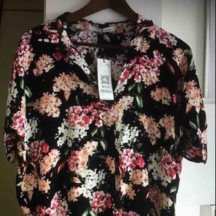 Blommig sommar blus från märket OUI. Ny pris 1099kr