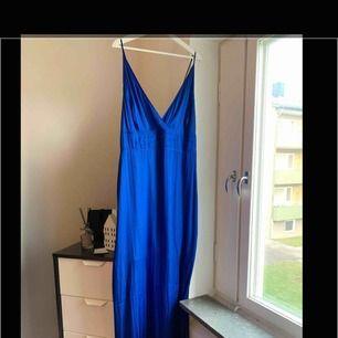Klänning från H&M. Oanvänd. Storlek: 50 150 kr eller bud