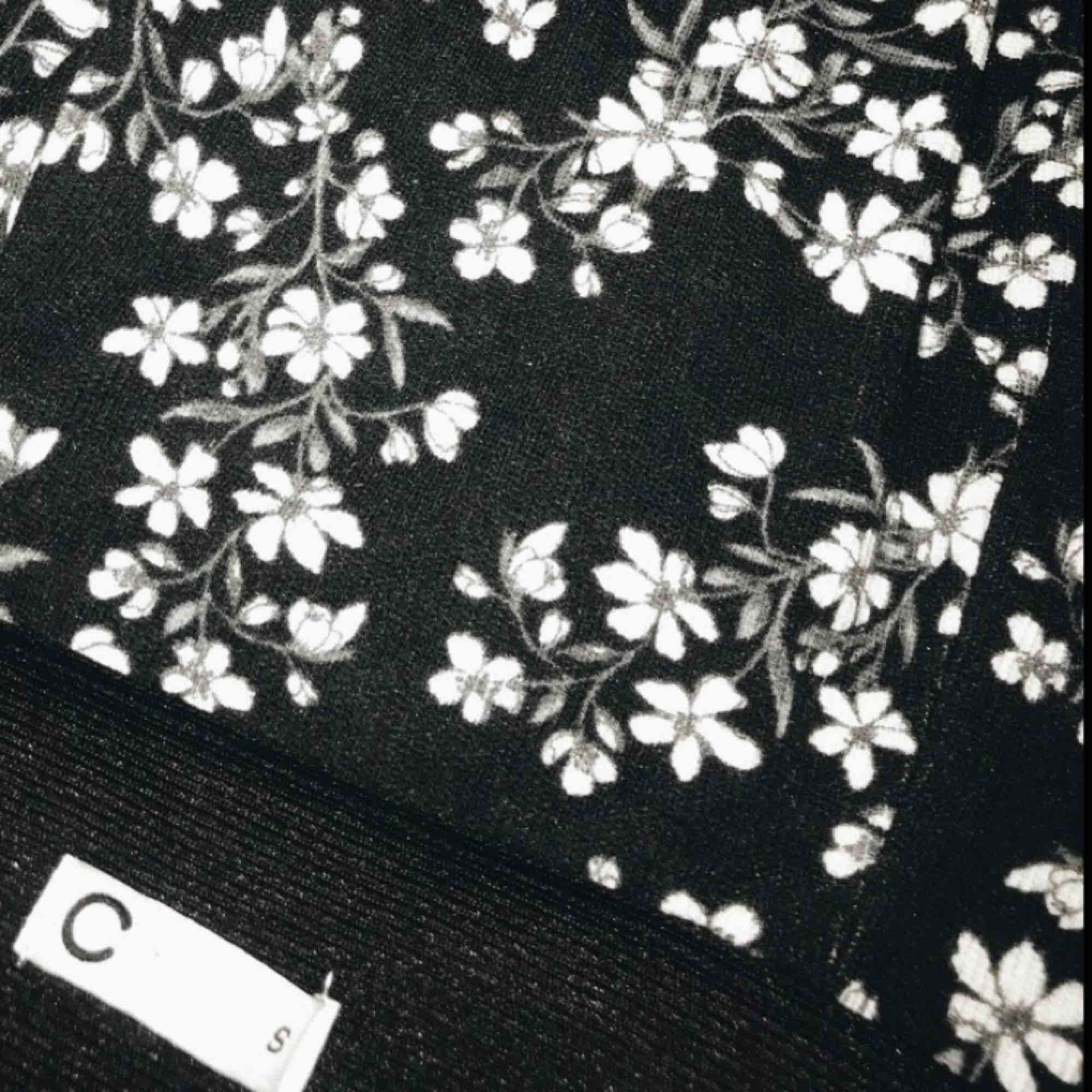 Söt kjol köpt ifrån cubus, använd bara en gång😊 Köparen står för frakten.. Kjolar.