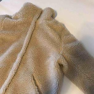 Varm teddy jacka i mycket bra skick då den är sparsamt använd, frakten ingår!