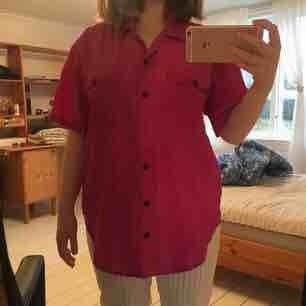 Rosa skjorta/blus i 100% silke köpt på beyond retro! Det står strl M men eftersom den är så stor blir den mer åtsittande på L eller kanske XL. Det är en smakfråga såklart😇 En knapp saknas, syns på bild 2. Den kan strykas innan skickas om d önskas!