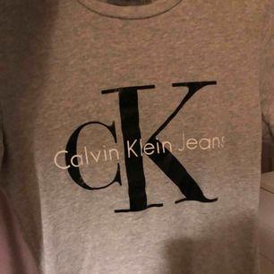 Säljer en ljusgrå Calvin Klein tshirt som knappt är använd. Frakt tillkommer!