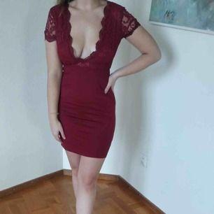 Tajt klänning med spetsdetalj! Vääldigt smickrande. Perfekt nu till nyår!! Köpare står för frakt