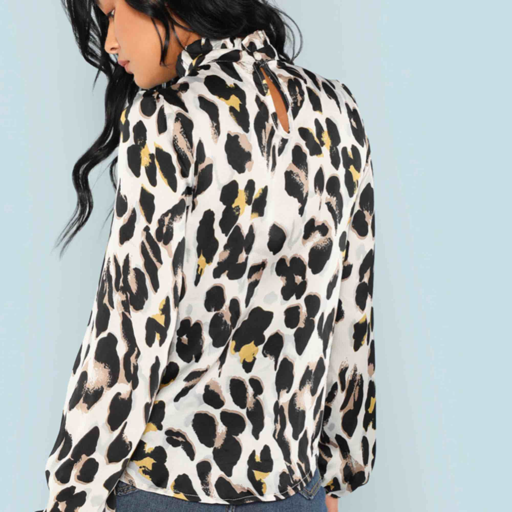 Leopardmönstrad blus, aldrig använd! Säljer pga det inte var min stil :) . Blusar.