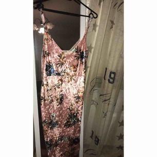 Min favorit klänning köpt ifrån Nelly aldrig använd eftersom den är liten för mig. Fina färger passar till fest, tajt och snygg. Köparen betalar frakten, tar gärna emot swish. ☺️👍🏻