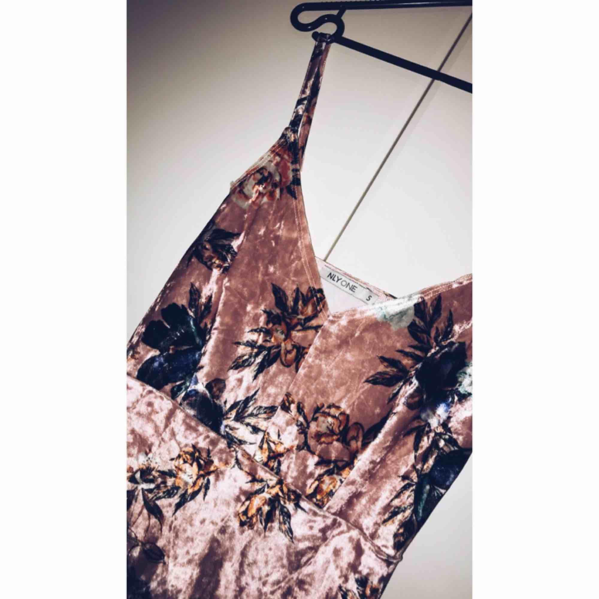 Min favorit klänning köpt ifrån Nelly aldrig använd eftersom den är liten för mig. Fina färger passar till fest, tajt och snygg. Köparen betalar frakten, tar gärna emot swish. ☺️👍🏻. Klänningar.