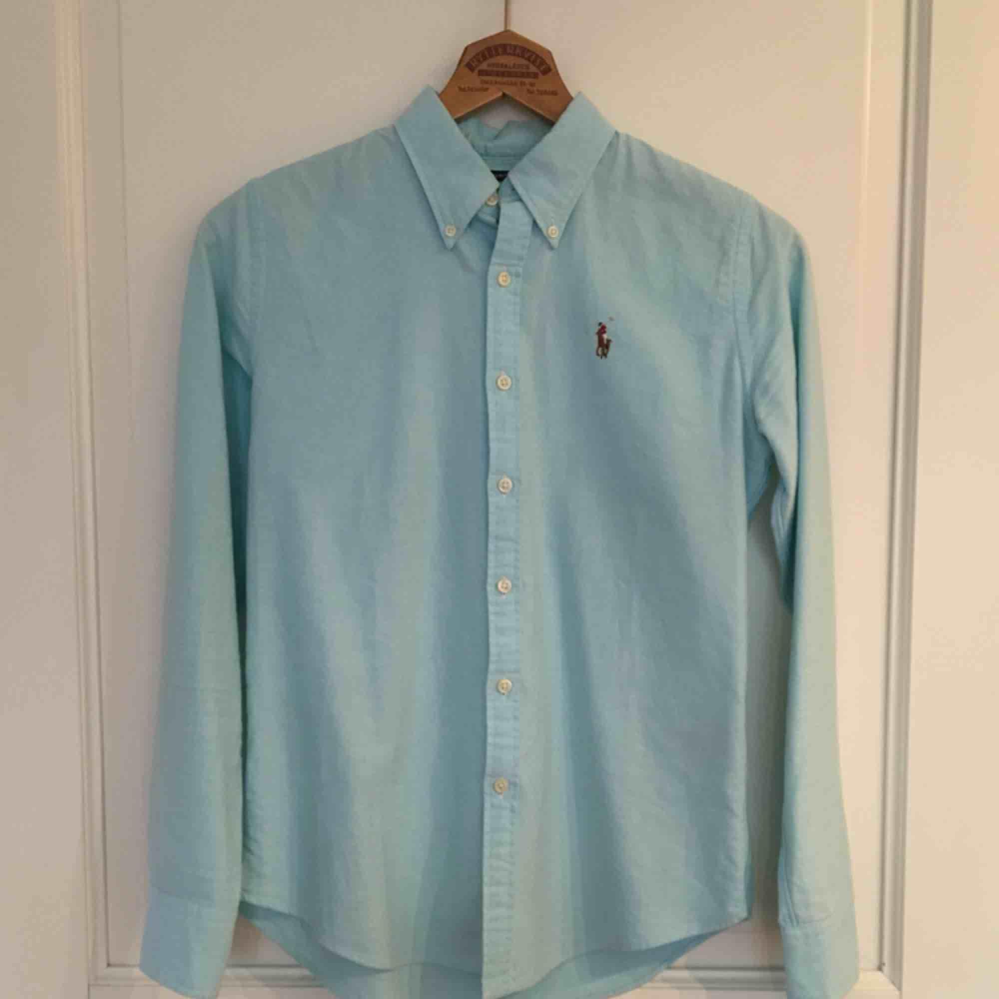 Blå skjorta från Ralph Lauren, nyskick! . Skjortor.