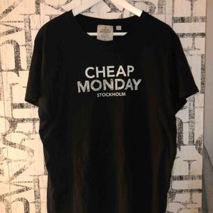 Cheap Monday T-shirt, Storlek L, 120 kr + frakt 👕