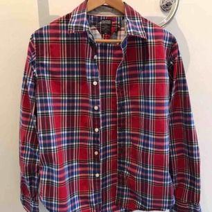 Tommy Hilfiger skjorta, röd-rutig. Nyskick, aldrig använd.  Finns i Karlstad, kan skickas!  (Herrmodell)