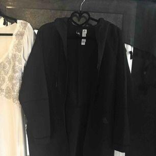 Svart Adidas hoodie i storlek S i NYSKICK! Köpte den på NK sports i Göteborg för ett halvår sedan. 200 kr inklusive frakt, skickar inom ett dygn!
