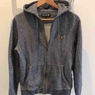 Lyle&Scott hoodie, nyskick , knappt använd!  Finns i Karlstad, kan skickas!  (Herrmodell)