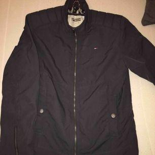 Supersnygg gant-jacka, svart strl M.  Mycket mycket bra skick, knappt använd!  Finns i Karlstad, kan skickas!  (Herrmodell)