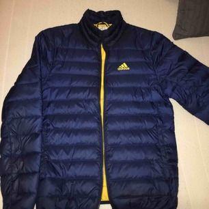 Snyggaste Adidasjackan, tunn dunjacka.  Mycket mycket bra skick!! Finns i Karlstad, kan skickas! (Herrmodell men alla kan ha den!)