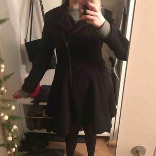 Sparsamt använd kappa i strl. 10/36, passar dock mig som är 38. Svart med en dragkedja, markerad midja och fickor. Jag är en M/38-40 och 171cm lång. Bor på Kungsholmen så lättast att träffas i stam för köp 😊
