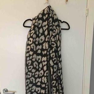Stor och mjuk Svart/grå leopard halsduk. Luddrar ej av sig och är i fint skick! 70 kr inklusive frakt, skickas inom ett dygn :)