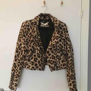 Midjekort leopard jacka i storlek 36. Sitter fint och skönt på. 170 kr inklusive frakt, skickas inom ett dygn.