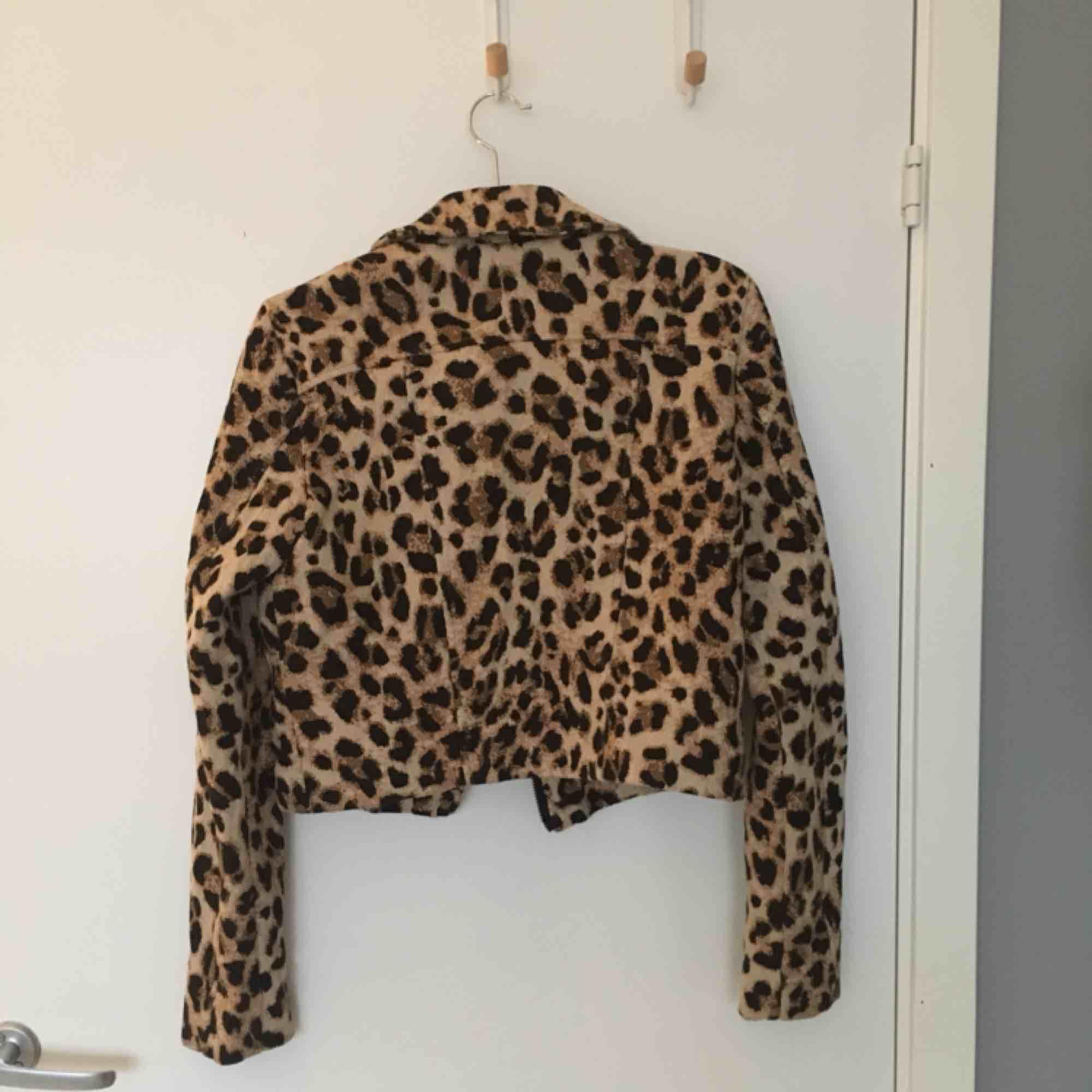 Midjekort leopard jacka i storlek 36. Sitter fint och skönt på. 170 kr inklusive frakt, skickas inom ett dygn. . Jackor.