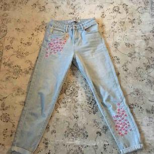 Sköna & snygga högmidjade Jeans i storlek 36. 200 kr inklusive frakt, skickas inom ett dygn.