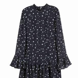 Klänning från H&M i strl 36. Lappar kvar, aldrig använd. Frakt kostar 45:-