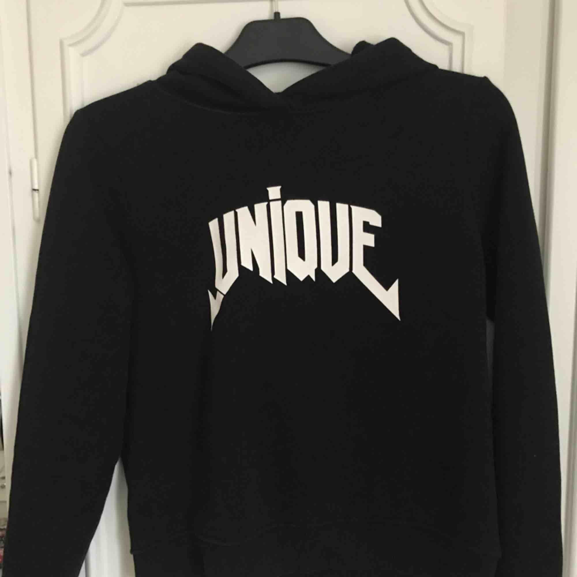 """Snygg hoodie med trycket """"UNIQUE"""" från Gina Tricot. Bra skick och fler bilder kan skickas vid intresse💘💕💋. Huvtröjor & Träningströjor."""