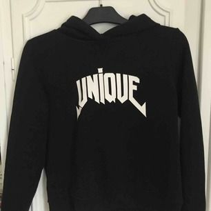 """Snygg hoodie med trycket """"UNIQUE"""" från Gina Tricot. Bra skick och fler bilder kan skickas vid intresse💘💕💋"""