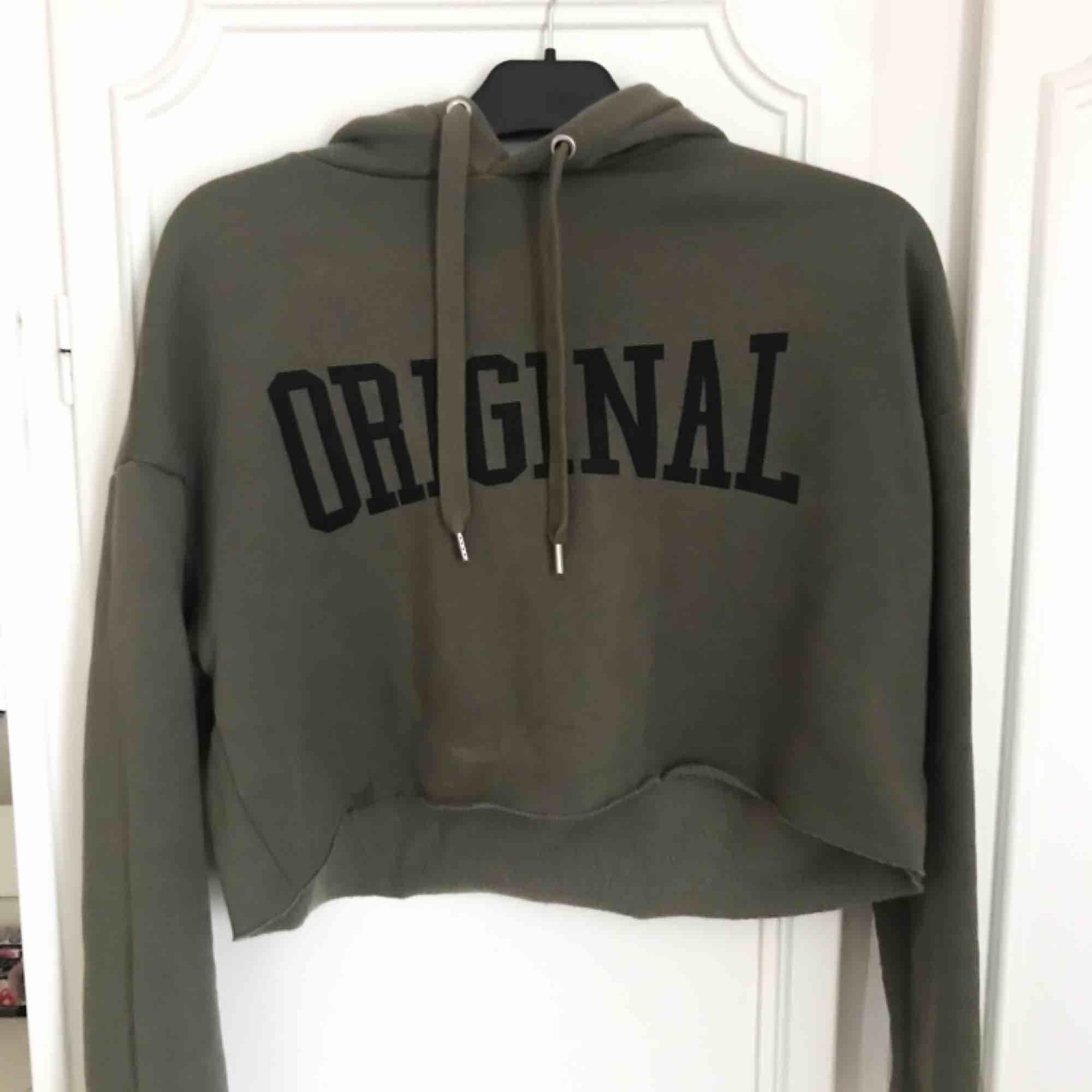 Snygg grön croppad hoodie från H&M. Har små fläckar på (se bilder), men fortfarande fin och går säkert bort om man försöker ta bort dem!💗. Huvtröjor & Träningströjor.