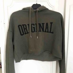 Snygg grön croppad hoodie från H&M. Har små fläckar på (se bilder), men fortfarande fin och går säkert bort om man försöker ta bort dem!💗