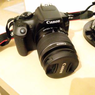 18-55 IS objektiv  Stor APS-C CMOS-sensor med 18 MP  1080p-filmer med biokänsla  WiFi och NFC  9 AF-punkter  ISO upp till 6400, kan utvidgas till H: 12 800  3 tums TFT-display  Canon Eos 1300D använd 3ggr. Kommer med original kartong. Är dock inte helt säker på vart kvittot är 😅 köparen står för frakten.