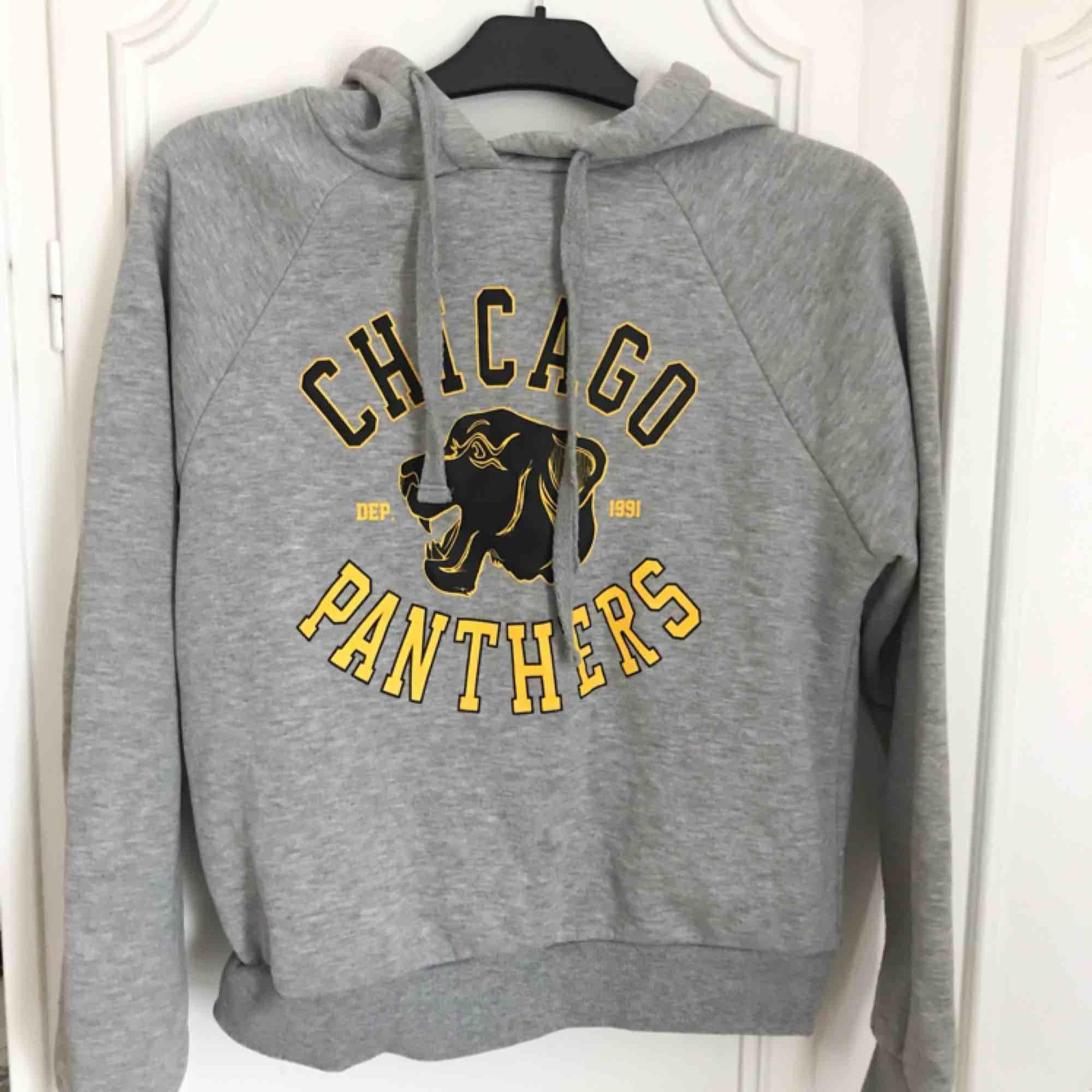 Grå hoodie från Gina Tricot i mycket bra skick! Fint tryck på och perfekt i storlek, inte för oversized men inte heller för tight!✨. Huvtröjor & Träningströjor.