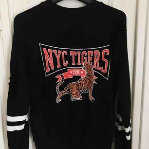 Populär och slutsåld tröja från Gina Tricot. Snygga slitningar på och med coolt tigertryck!🔥 Tröjan är i mycket bra skick!