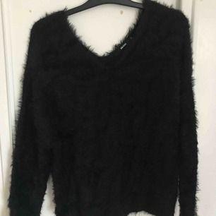 Snygg svart och mysig tröja från Bikbok. Verkligen så mjuk och len!😍 Går att ha offshoulder om man gillar det men även utan också⚡️