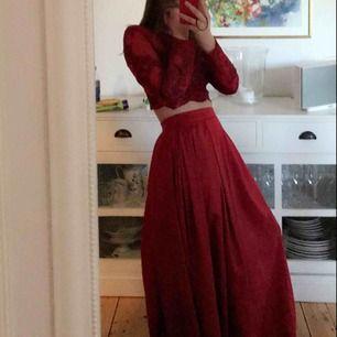 Tvådelad balklänning i jättefin röd färg. Inköpt för 1100kr. Aldrig använd. Frakt ingår för köp inom 7 dagar (från publicering).