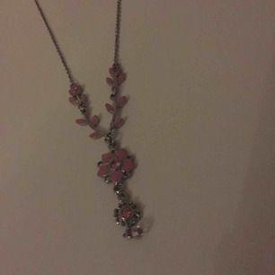 Ett rosa halsband med blommor! Gammalt men o använt👍🏼😄