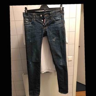 Storlek 42 (dsq-storlekar) motsvarar ungefär 27-28 i midjan och 32 längd och passar dig som är 165-175 och ganska smal. Jeansen är i bra skick