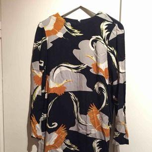 Mysig klänning från H&M. Perfekta plagget att gå från vardag till fest i. Öppen i rygg, knäpps med knapp i nacken.